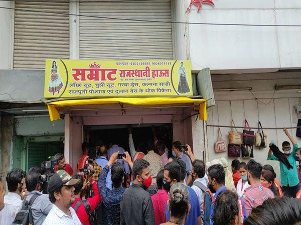 सम्राट नामक इस दुकान के आगे काफी अतिक्रमण कर व्यवसाय किया जा रहा था, जिसे सील किया गया। - Money Bhaskar