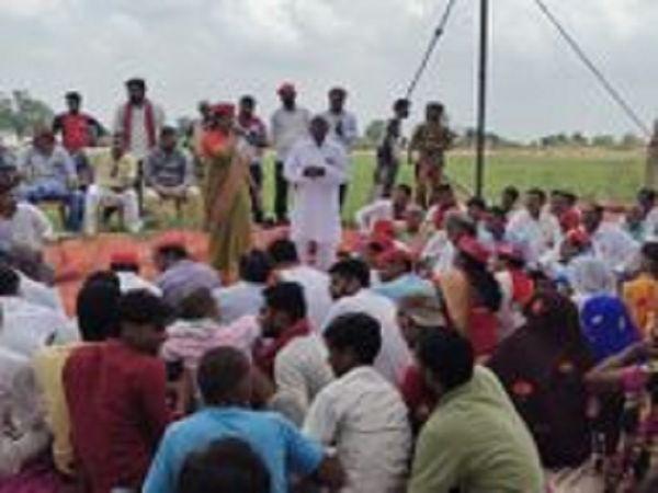 प्रदर्शन के दौरान सपा नेत्री ने भाजपा के विधायक और सांसद पर गंभीर आरोप लगाते। - Money Bhaskar