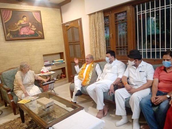 मंत्री नरेंद्रसिंह तोमर दोपहर को पूर्व लोकसभा स्पीकर सुमित्रा महाजन के घर पहुंचे और मुलाकात की। साथ में पूर्व विधायक सुदर्शन गुप्ता, नगर अध्यक्ष गौरव रणदिवे।