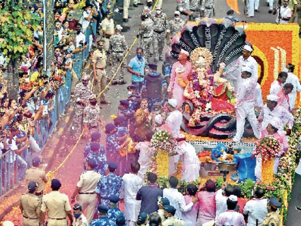 मुंबई के लालबाग के राजा की विदाई।