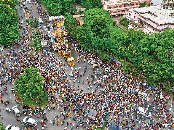 हैदराबाद के खेरताबाद की 40 फीट ऊंची गजानन की प्रतिमा को विसर्जन के लिए ले जाते लोग। - Money Bhaskar