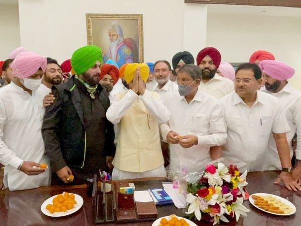 चरणजीत सिंह चन्नी ने सोमवार को पंजाब के मुख्यमंत्री के रूप में कार्यभार संभाल लिया। इस मौके पर पंजाब कांग्रेस अध्यक्ष नवजोत सिंह सिद्धू और पंजाब प्रभारी हरीश रावत मौजूद रहे।