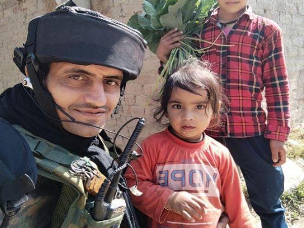 जम्मू में ड्यूटी के दौरान बच्ची के साथ जयपाल सिंह। - Money Bhaskar