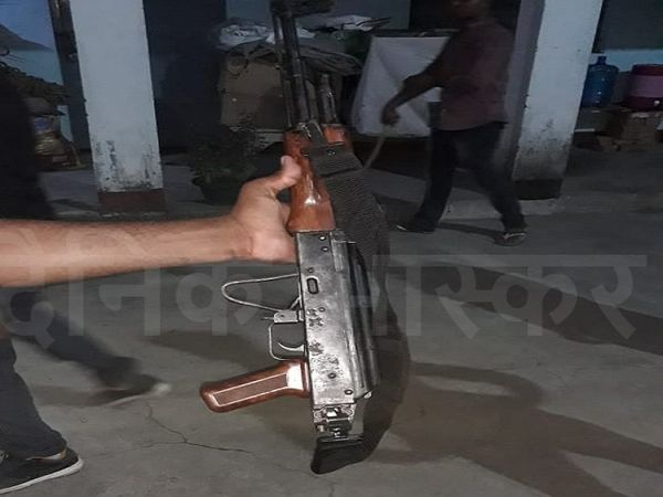 अपराधी के पास से बरामद AK-47। - Money Bhaskar