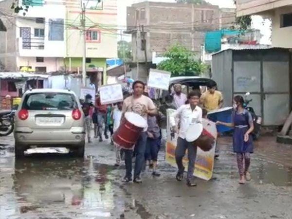 ढोल-ताशो के साथ स्कूल पहुंचे छात्र। - Money Bhaskar