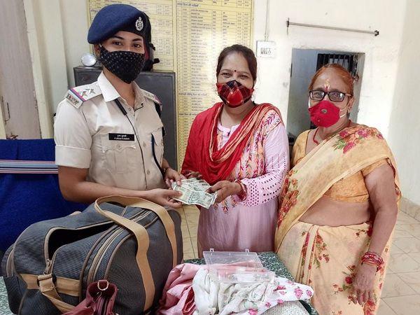 बैग मिलते ही महिला की खुशी का ठिकाना नहीं रहा और वह आरपीएफ को बार-बार धन्यवाद कहने लगी। - Money Bhaskar
