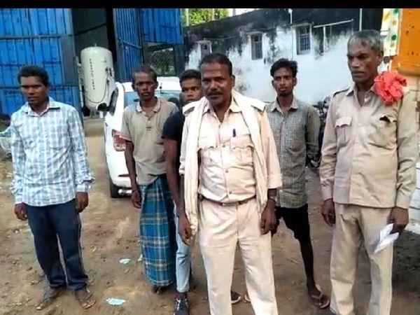घटनास्थल पर पोस्टमार्टम के लिए पहुंची पुलिस। - Money Bhaskar