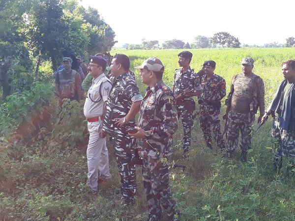 इलाके में दिन के वक्त सर्च अभियान चलाते सुरक्षा बल के अधिकारी। - Money Bhaskar