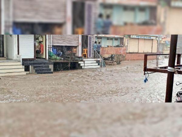 तेज बारिश से पालाबाजार क्षेत्र में नाले का पानी लोगों के घरों के ओटले तक पानी पहुंच गया। - Money Bhaskar