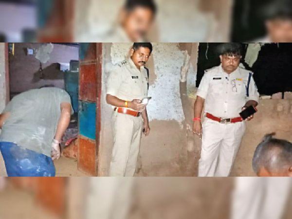 मौके पर जांच करते डीएसपी कुंदनसिंह मंडलोई व पुलिसकर्मी। - Money Bhaskar