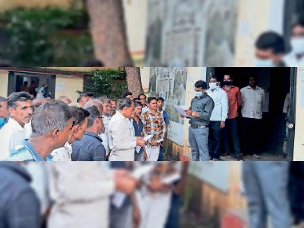 नहर से पानी नहीं मिलने की शिकायत लेकर तहसील कार्यालय पहुंचे किसान। - Money Bhaskar