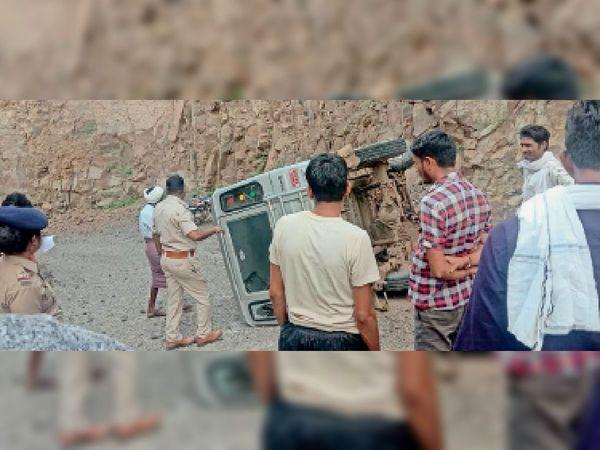 ग्राम शिवनी में जीप पलटने से तीन लोग घायल हो गए। - Money Bhaskar