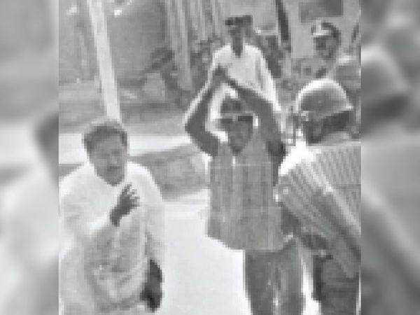 18 सितंबर 1999 में पुलिस से घिरे भाजपा विधायक शाह ने यह फोटो शेयर किया। - Money Bhaskar