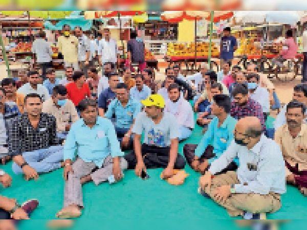 धरने पर बैठे हुए नपा कर्मचारी  - Money Bhaskar
