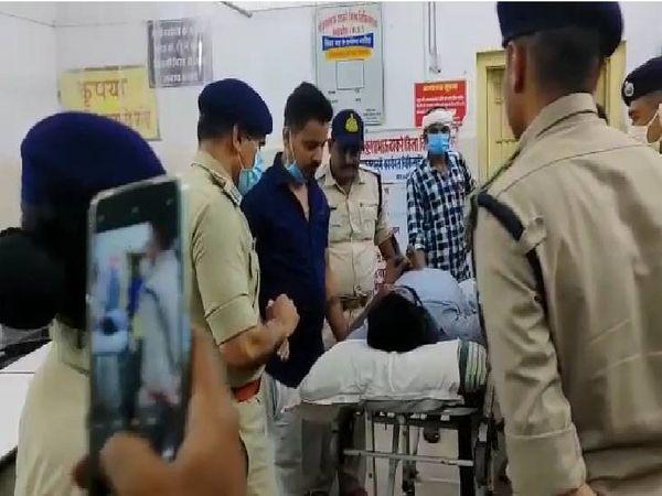 घायल SI को इलाज के लिए अस्पताल ले जाते साथी पुलिसकर्मी।