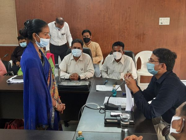 जनसुनवाई में इच्छा मृत्यु का आवेदन लेकर पहुंची महिला। - Money Bhaskar