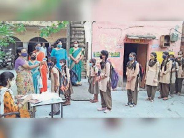दौसा| गांधी चौक राजकीय सीनियर सेकंडरी स्कूल में छात्राओं की स्क्रीनिंग करतीं शिक्षिकाएं। - Money Bhaskar