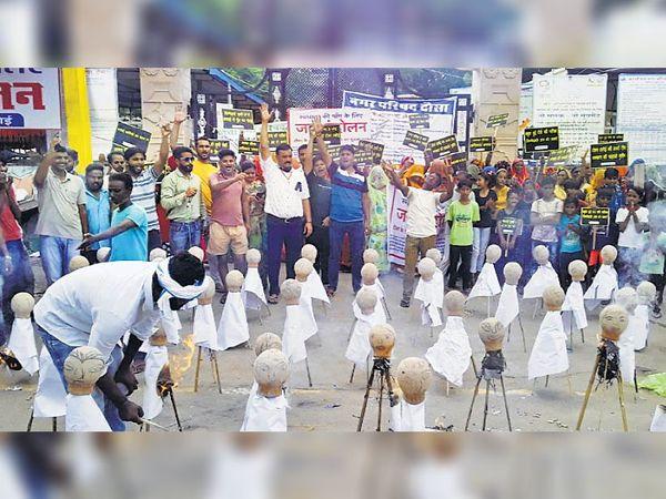 दौसा  नगर परिषद पर धरने के दौरान पार्षदों का पुतला फूंकते लोग। - Money Bhaskar