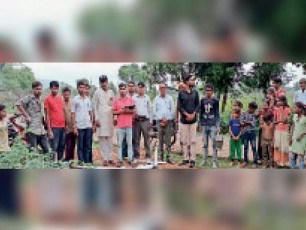 लालसोट| निर्झरना  ग्राम में आबादी भूमि का हवाई सर्वेक्षण के लिए ड्रोन उड़ाती टीम। - Money Bhaskar