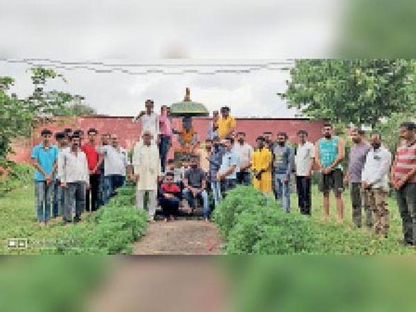 हरदा। गांव में शहीद के स्मारक काे किया युवाओं ने नमन। - Money Bhaskar