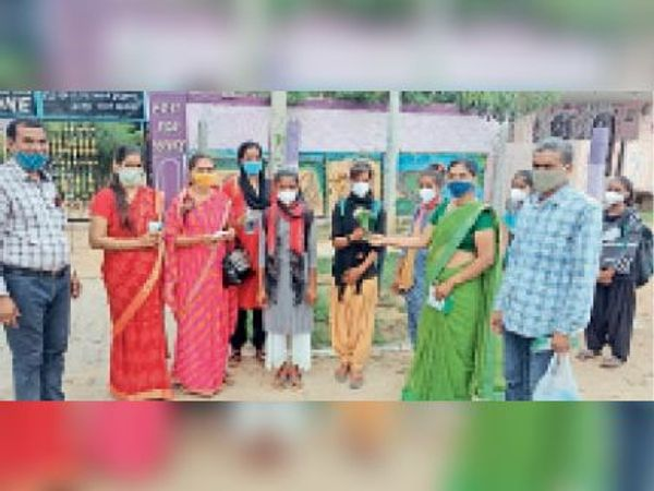 मालपुरा  बच्चों को पुष्प गुच्छ भेंट कर किया शिक्षकों ने स्वागत। - Money Bhaskar