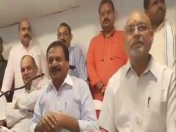 पूर्व मंत्री व वरिष्ठ कांग्रेस नेता सज्जन वर्मा, सिंधिया के रोड शो के खिलाफ होने वाले धरना प्रदर्शन की जानकारी देते हुए - Money Bhaskar