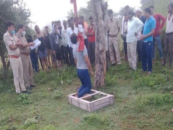 पेड़ से लटका युवक का शव। - Money Bhaskar