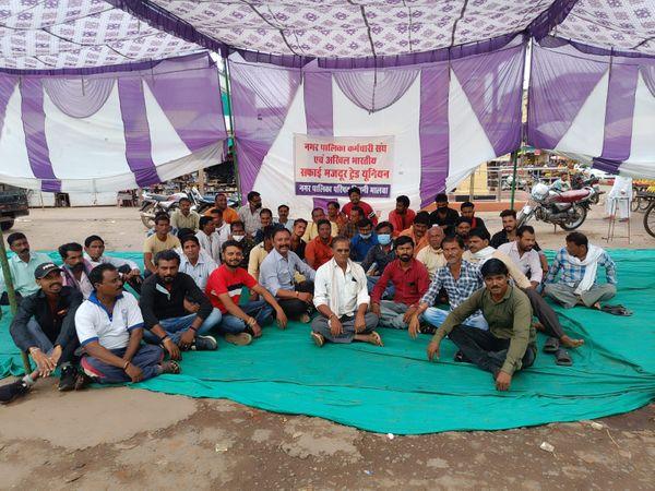 नगर पालिका कर्मचारियों की हड़ताल जारी। - Money Bhaskar