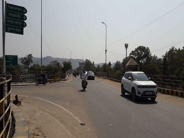 हम्मीर ब्रिज पर लगा साइन बोर्ड। - Money Bhaskar