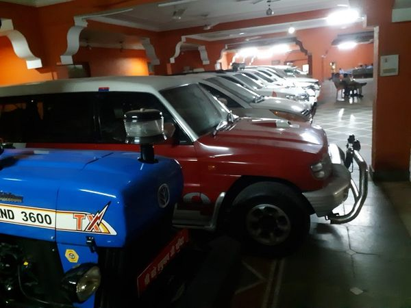 मठ में एक लाइन से दर्जनों महंगी गाड़ियां खड़ी। - Money Bhaskar