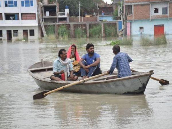गांव के बाहर आने के लिए लोगों को नाव का सहारा लेना पड़ रहा है। लगातार पांडु नदी का जलस्तर बढ़ रहा है। - Money Bhaskar