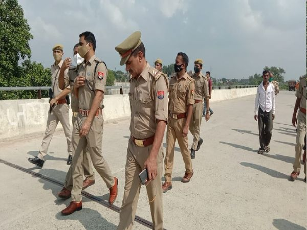 मौके पर जांच करने पहुंचे एडीसीपी डॉ. अनिल कुमार के साथ बर्रा थाने की पुलिस। - Money Bhaskar