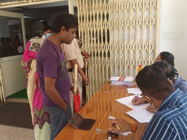 दृष्टिहीन पति-पत्नी नौकरी की मांग को लेकर पहुंचे। - Money Bhaskar