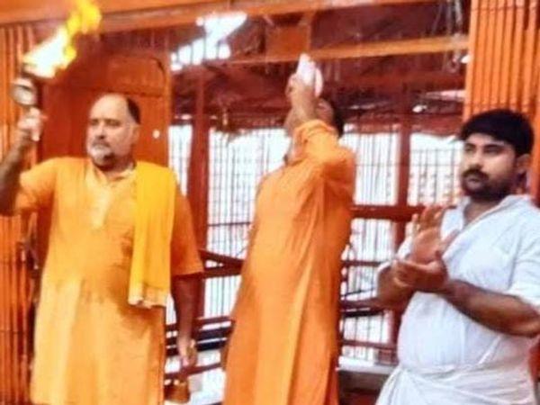 लेटे हनुमान मंदिर के मुख्य पुजारी आद्या तिवारी- (बाएं से पहले)