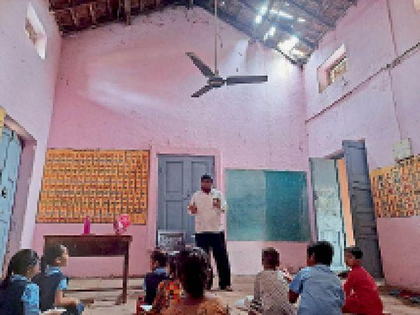 हरदा। कुलहरदा स्कूल की छत के टूटे कबेलू के बीच पढ़ाई कर रहे बच्चे। - Money Bhaskar