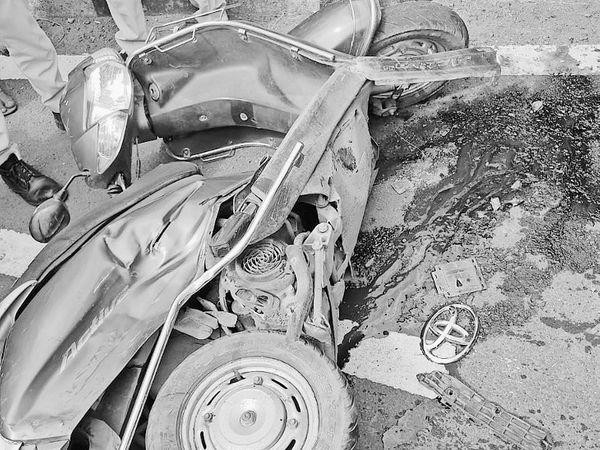 सागर| साईं खेड़ा के पास कार ने स्कूटी को टक्कर मारी। - Money Bhaskar