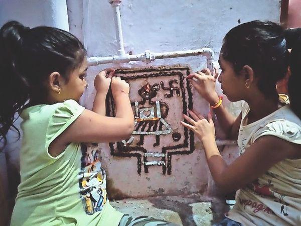 इस तरह गोबर से कन्याएं आकृतियां बनाती हैं। - Money Bhaskar