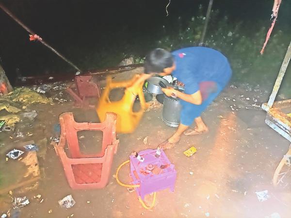 बाहर से आई पुलिस के जवानों ने अंडे के ठेले वाले से मारपीट की अंडे का ठेला पलटाया सामान फेंका। - Money Bhaskar