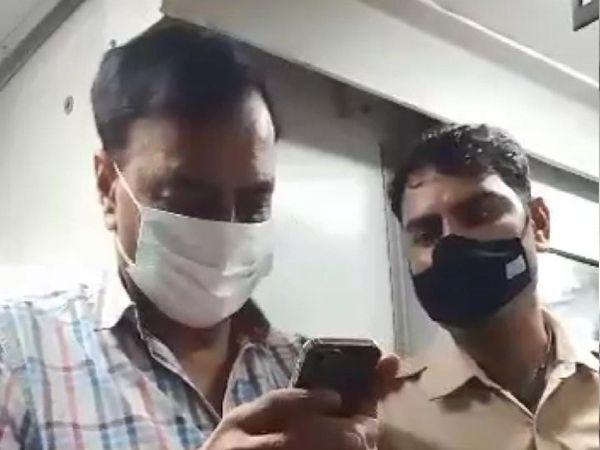 रेलवे पुलिस के जवान को मोबाइल में SP को कॉल दिखाते प्रशांत मेहता।