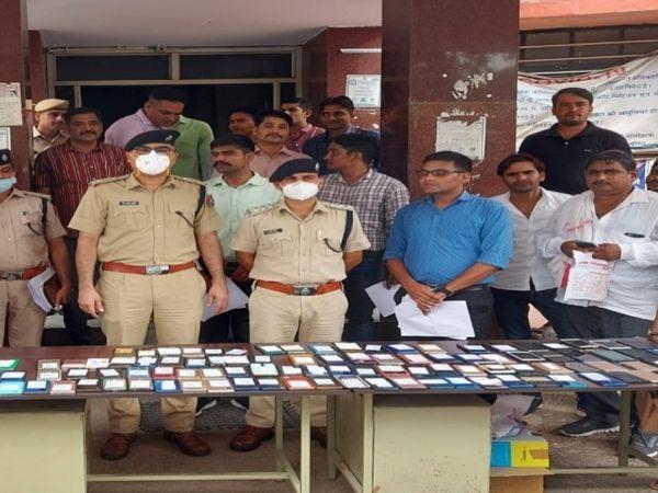 बरामद 180 मोबाइल के साथ SP अनिल बेनीवाल व पुलिस टीम। - Money Bhaskar