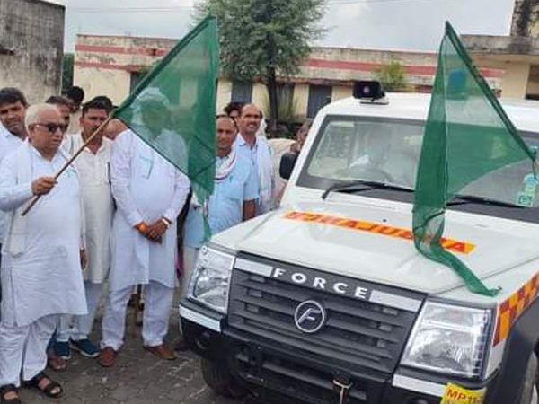 एम्बुलेंस को हरी झंड़ी दिखाकर रवाना करते हुए - Money Bhaskar