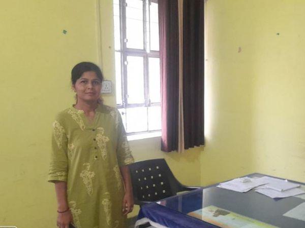 पंचायत समिति कार्यालय में प्रधान - Money Bhaskar