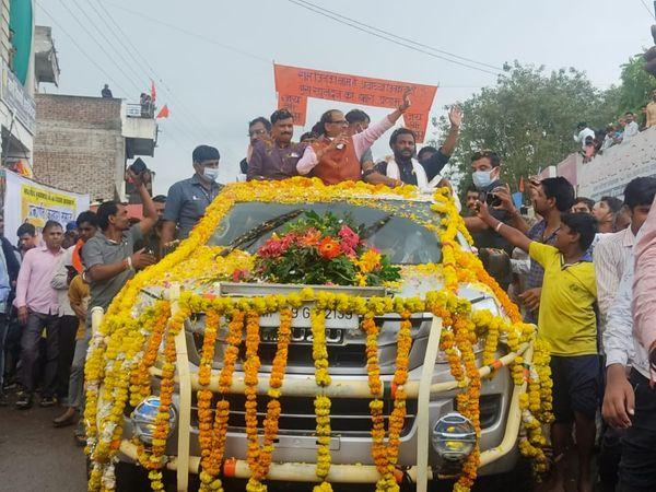 रोड शाे के दौरान लोगों का अभिवादन करते मुख्यमंत्री शिवराजसिंह चौहान। - Money Bhaskar