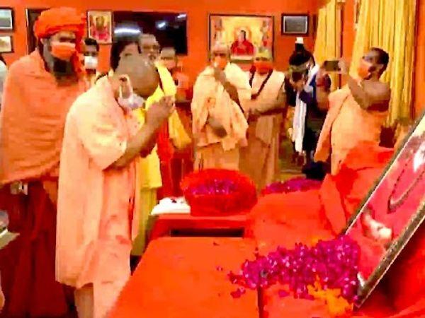 योगी ने कहा कि महंत नरेंद्र गिरि का नहीं रहना एक दुखद घटना है, इसीलिए अपने संत समाज और प्रदेश सरकार की ओर से श्रद्धांजलि देने के लिए स्वयं उपस्थित हुआ हूं।