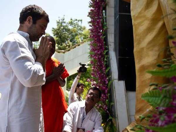 डॉ. बाबासाहेब आंबेडकरांच्या पुतळ्यासमोर पुष्प अर्पण करताना राहुल गांधी - Divya Marathi