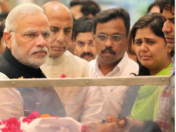 छायाचित्र- दिल्लीतील भाजपा कार्यालयात आयोजित केलेल्या श्रद्धांजली कार्यक्रमात पंतप्रधान नरेंद्र मोदी आणि गृहमंत्री राजनाथ सिंह. (सर्व फाईल फोटो) - Divya Marathi