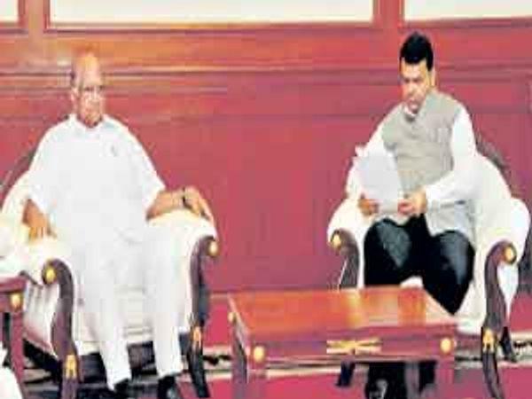 मराठवाड्यातील दुष्काळी भागाचा दाैरा केल्यानंतर राष्ट्रवादी काॅंग्रेसचे अध्यक्ष व माजी केंद्रीय कृषीमंत्री शरद पवार यांनी मंगळवारी मुख्यमंत्री देवेंद्र फडणवीस यांची भेट घेऊन समस्या कानी घातल्या. - Divya Marathi
