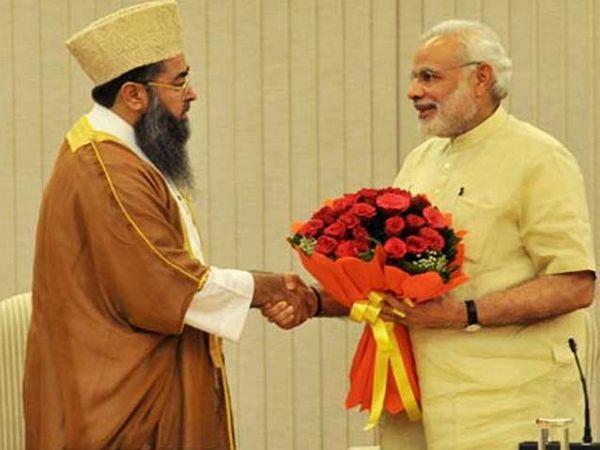 मुस्लीम नेत्यांची भेट घेताना पंतप्रधान नरेंद्र मोदी. - Divya Marathi