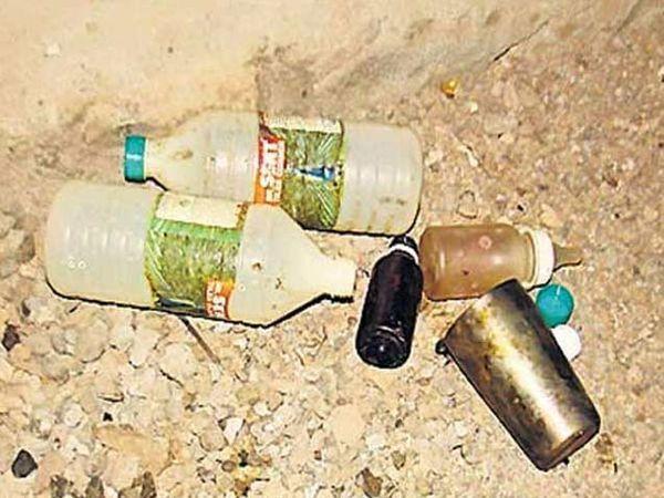 घटनास्थळी पडलेल्या दुधाच्या आणि अॅसिडच्या बाटल्या. - Divya Marathi