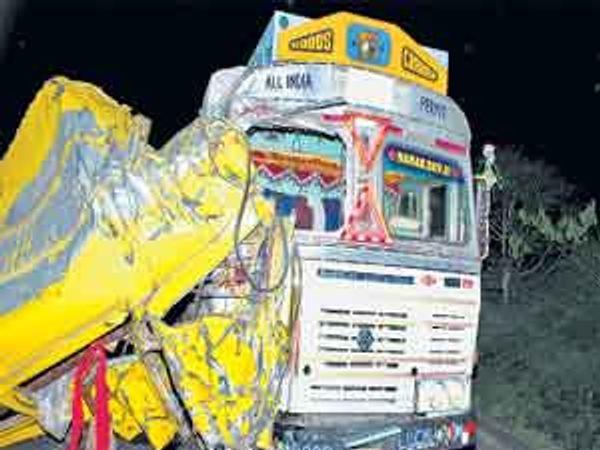 अपघातात टेम्पोचा अक्षरश: चुराडा झाला. छाया : सारंग नेरलकर - Divya Marathi
